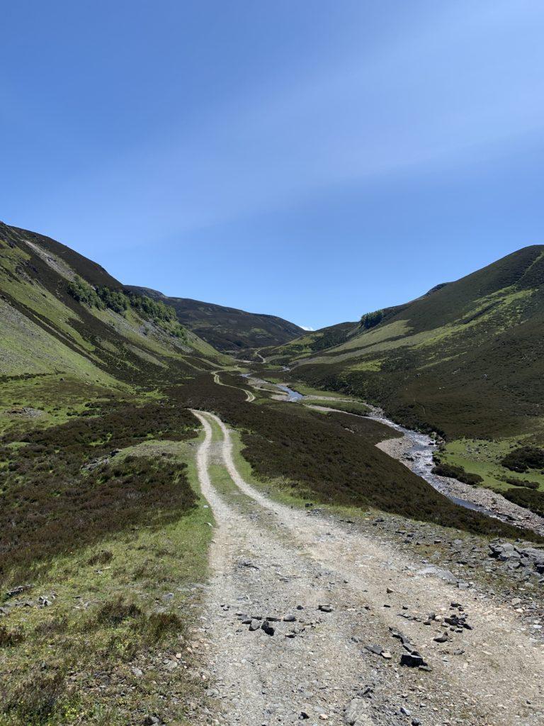 Gemächlich schlängelt sich der Weg die seichten Hügel hinauf, bis man irgendwo einen Pass erreicht, nachdem es auf die selbe Art und Weise wieder runter