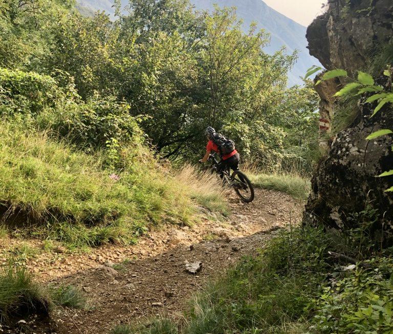 Direkt am Dosso dei Roveri - ein leicht exponiert stehender Fels - geht in den anspruchsvollen Teil des Trails.