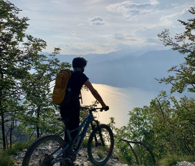 Oft genug bietet der Trail die Möglichkeit für eine kurze Verschnaufpause und einen guten Blick über der Gardasee.