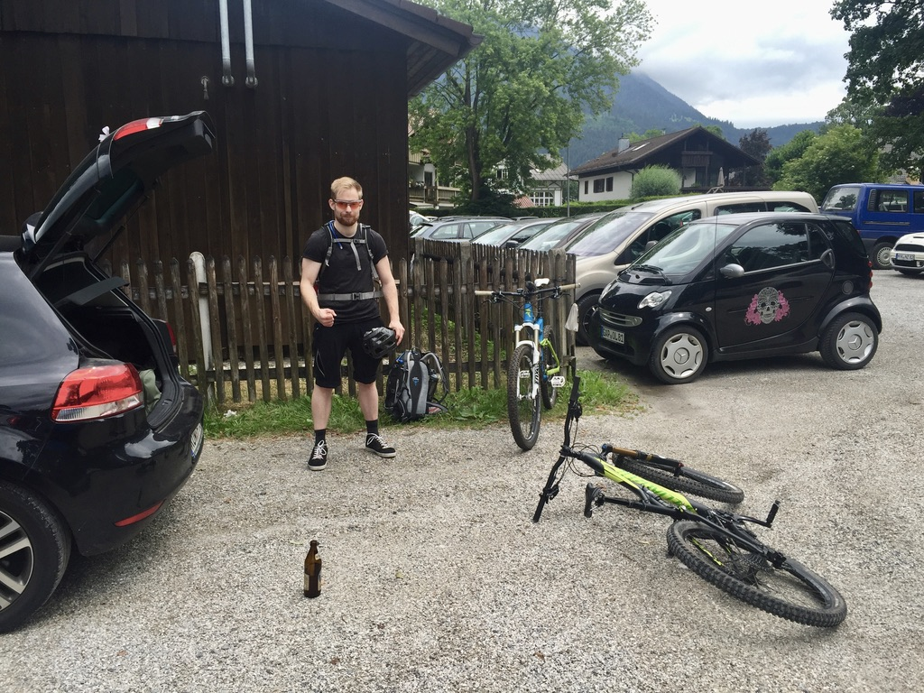 Endlich geht es los! Die Fahrräder sind fertig und wir trinken noch unser Start-Bier aus, bevor es auf nach Österreich geht.