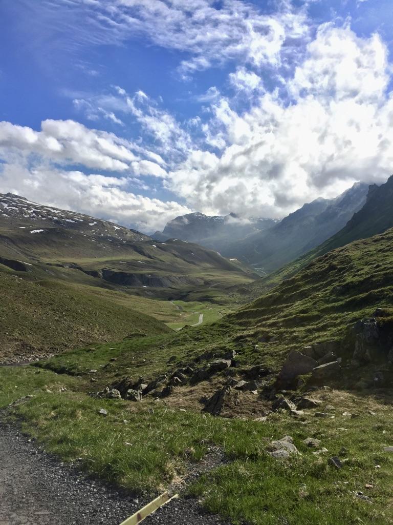 Blick vom Verbellner Winterjöchl auf den Wormser Höhenweg, der sich durch das Verbellatal abwärts schlängelt