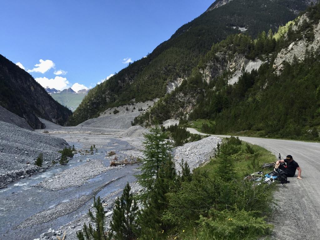 Eine Fahrt wie ein Kaugummi! Der Weg im Val S-charl, entlang der Clemgia steigt seicht an, ohne das man wirklich ahnt, wo es hingeht.