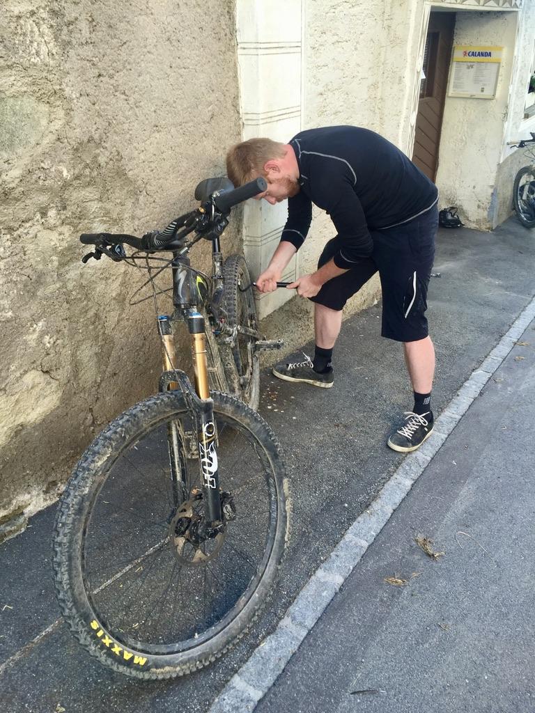 Die Abfahrt nach Lü hat bei Simon die Luft aus den Reifen weichen lassen, so dass der nächste Tag erstmal mit ein bisschen Reifenpflege beginnen muss.