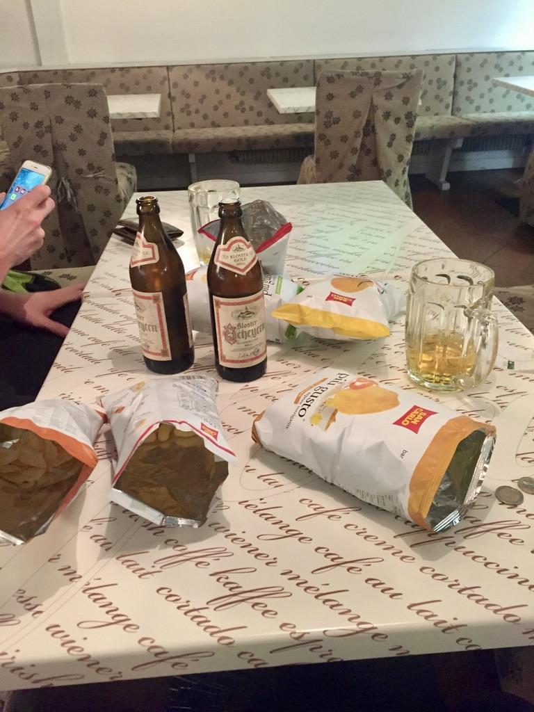 Der Tag war lang und wir kamen so spät an, dass aus der Küche für uns nichts mehr kam und wir mit Bier und Chips Vorlieb nehmen mussten.
