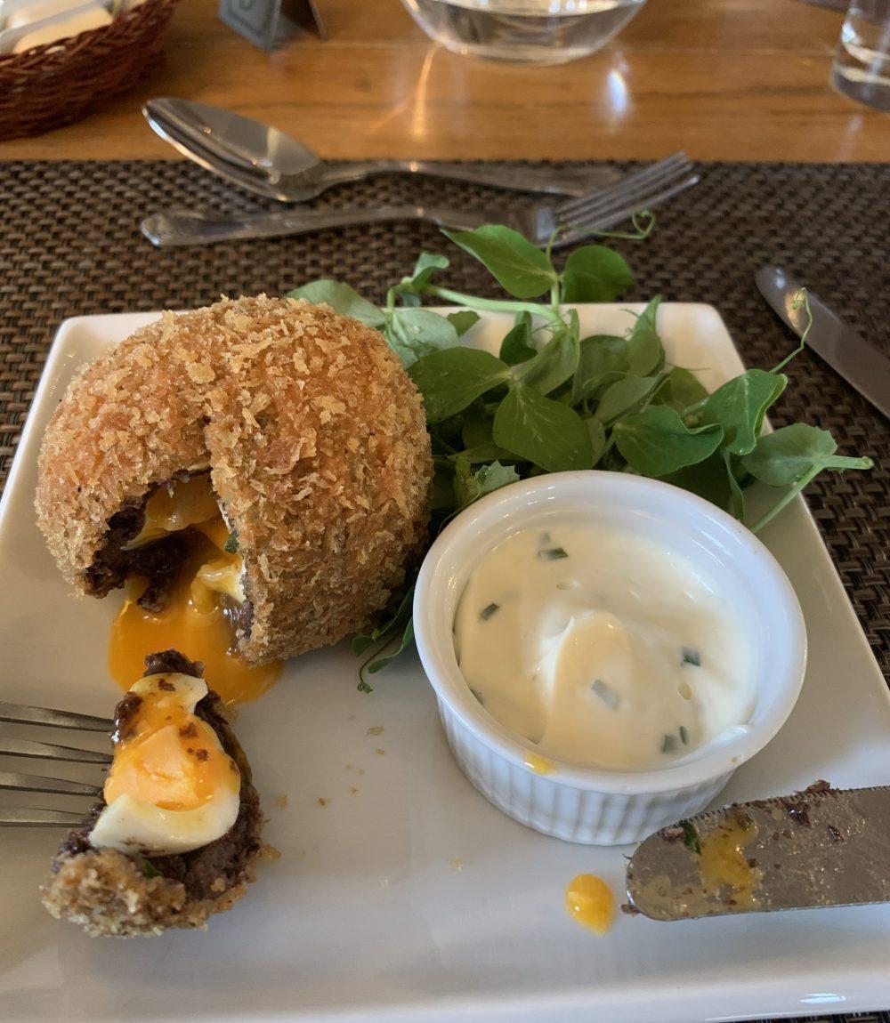 Einer zufällig angereisten Reisegruppe habe ich zu verdanken, dass das Hotel ein mehrgängiges Menü angeboten hat und ich so - als Vorspeise - Scottish Egg probieren konnte. Überragend!